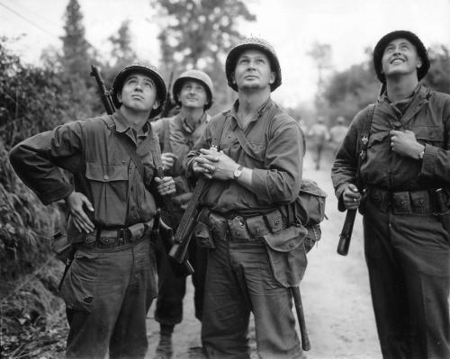 Четирима американски войници гледат бомбардировките